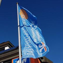 MP Werbetechnik _Bei strahlend blauen Himmel wurden heute die Fahnen aufgehängt
