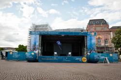 Bühne mit Hussen und Bannern