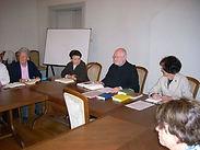 P. Roland (Mitte) ist der Leiter der Bibelrunde.