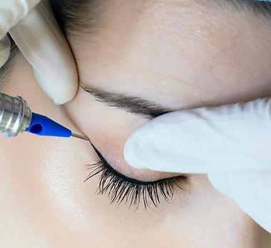 Permanent make-up tattoo. Cosmetologist
