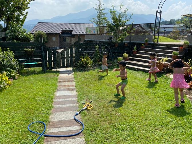 園庭で水あそび⛲