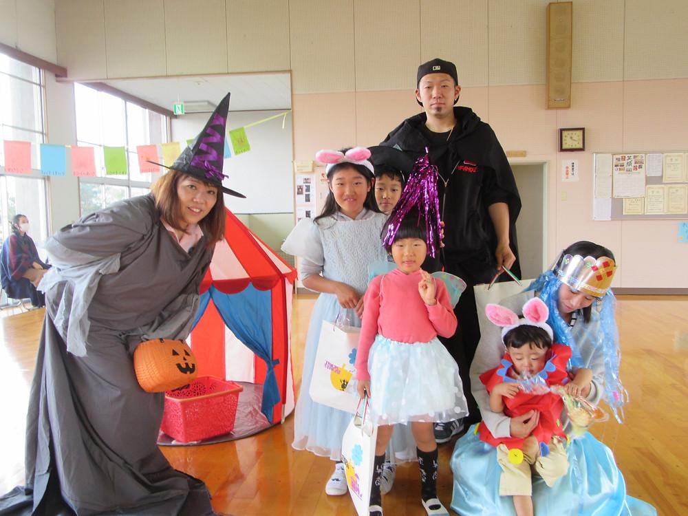 みんなで仮装しましたよ!魔女は、給食の先生の弥生(やよい)先生。似合ってますね^^