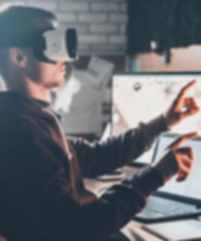 man-using-vr-in-front-of-monitors-lg_edi