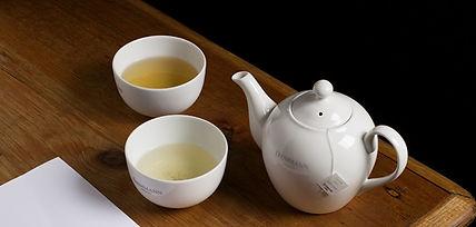 deux tasses de thé Dammann frères infusant