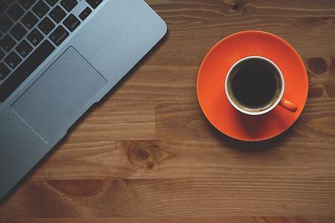 Tasse de café devant ordinateur