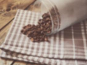 Grains de café en vrac sur torchon