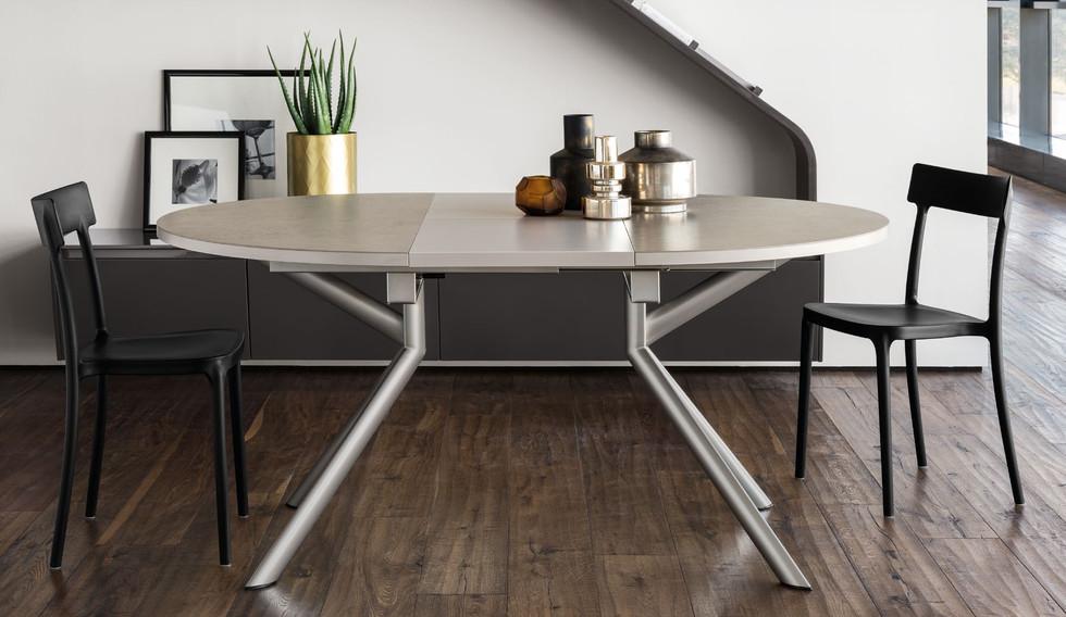 Великий асортимент столів та стільців