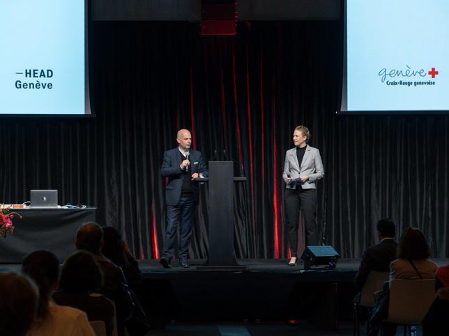 Stéphanie Lambert, Directrice générale de la Croix-Rouge genevoise et Jean-Pierre Greff, Directeur de la HEAD Prix Art Humanité 2020 ©Julien Gremaud