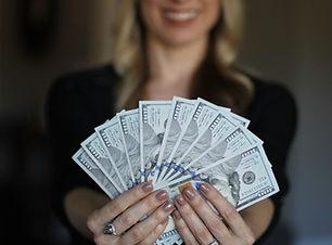 kvinne-med-penger-1200.jpg