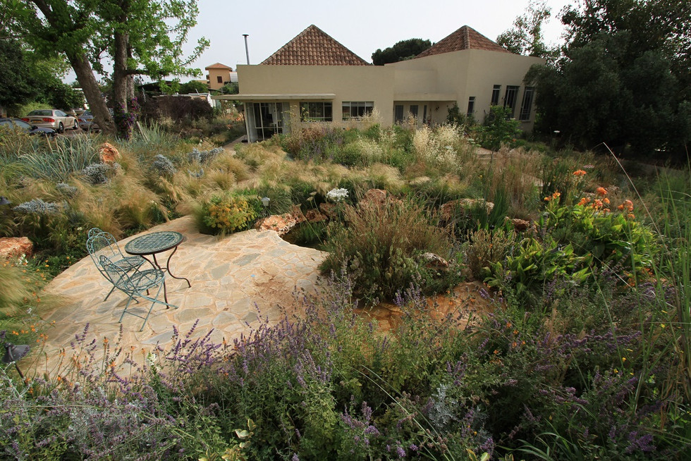 גן בעיצוב טבעי במושב בשרון