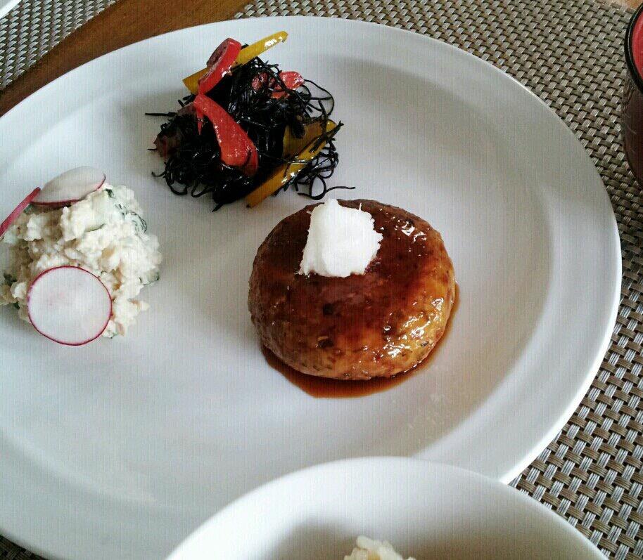 豆腐ハンバーグ、アラメとピーマンの炒め、つぶし大豆の豆乳マヨ和え、