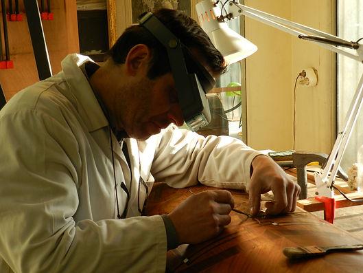 Joël Guérin restaure vos meubles de façon réversible dans le respect de l'objet confié.