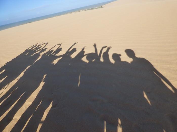 Ombre d'un groupe de randonneurs aux dunes de Taroa