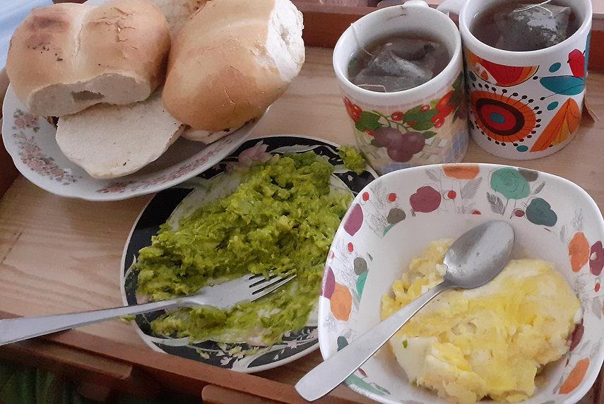 Petit déjeuner au Chili avec du pain, des oeufs, de l'avocat et du thé noir