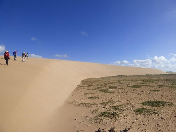 Randonneurs sur les dunes de Taroa dans le désert de la Guajira