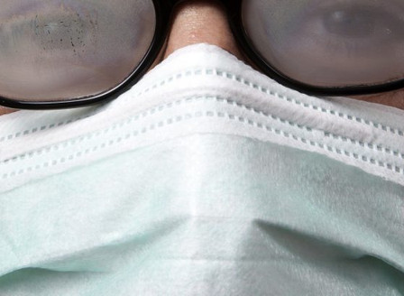 Masques en tissu : 5 astuces pour éviter la buée sur vos lunettes