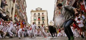 Inicia-la-fiesta-de-los-encierros-de-toros-en-Pamplona