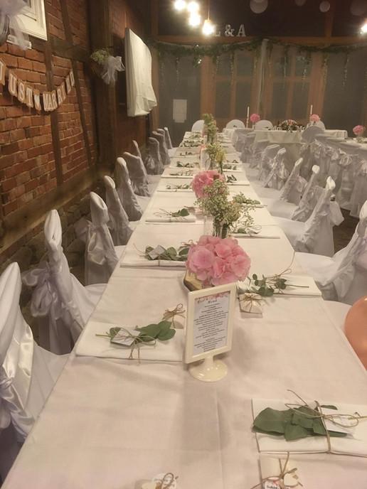 Hochzeitstafel in der Scheune