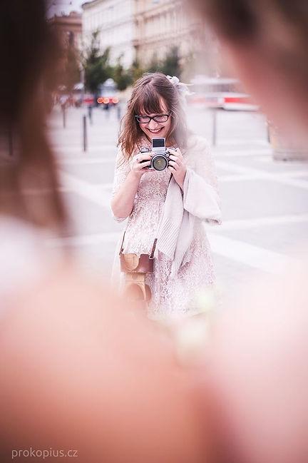 Zajíc v hájku se svým oblíbenm fotoaparátem
