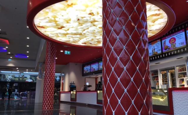 colonnes capitonnées hall de cinéma