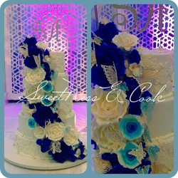 Wedding Cake cascade de roses bleues