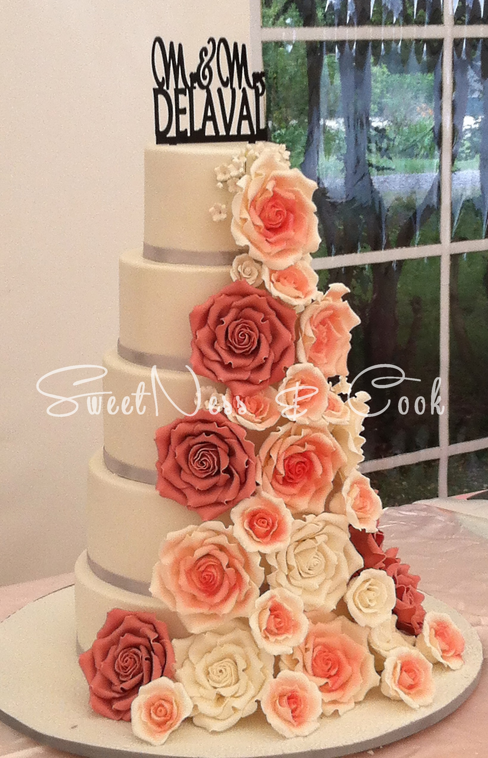 Wedding Cake cascade de roses