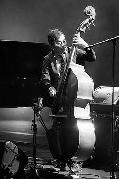 ウッドベースを演奏するウッドベース・エレキベース科レッスン講師 楠井五月