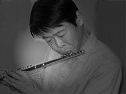 フルートを吹くサックス・フルート・アンサンブル科レッスン講師 菊地昭紀