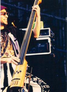 ウッドベースを演奏するウッドベース・エレキベース科レッスン講師 早川岳晴