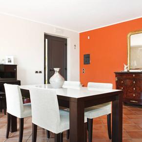 Salone con pianoforte e tavolo
