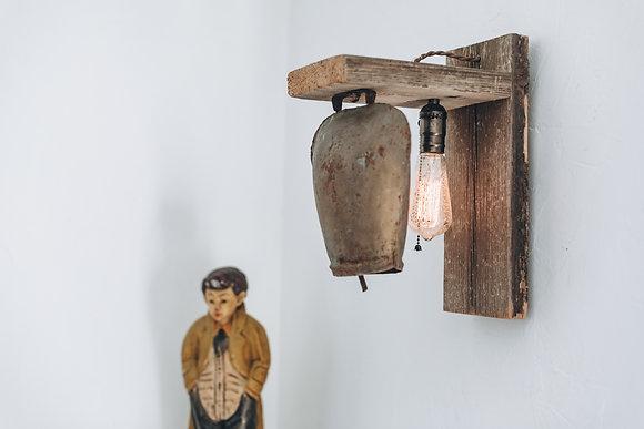פעמון פרה עתיק על מסגרת עץ תליה