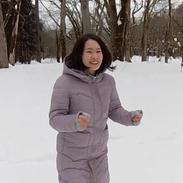 雪ではしゃぐ教育事業部