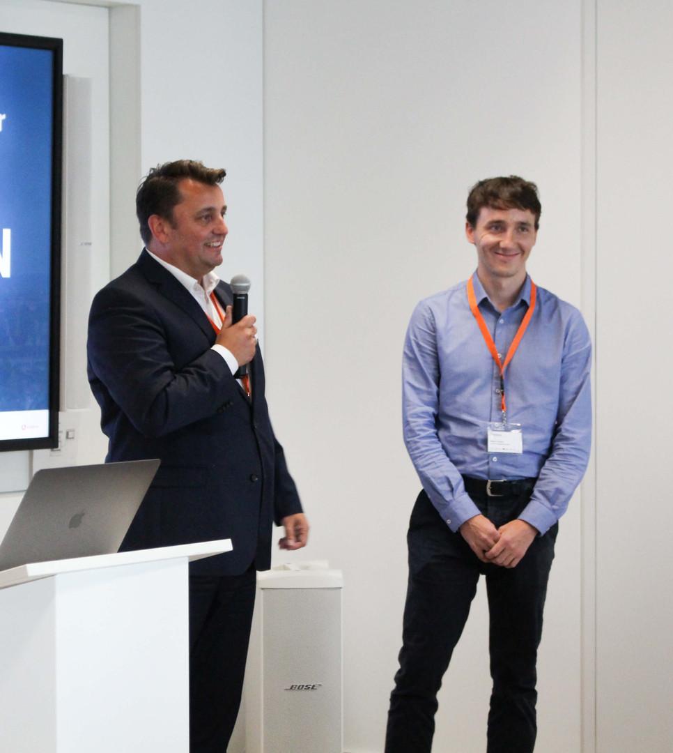 SVEN DUNKER   CEO Juconn Solutions (links) mit Stefan Tüscher   Head of Automation and Controls bei Luwa Air Engineering AG (rechts), als Vertretung für Gottfried Abrell   CEO Luwa Air Engineering AG, Schweiz