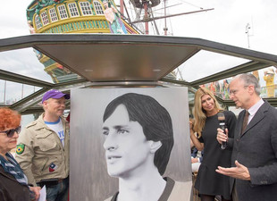 BRAND-NEW PopArt PAINTING OF JOHAN CRUIJFF REVEALED BY ESTELLE CRUIJJF