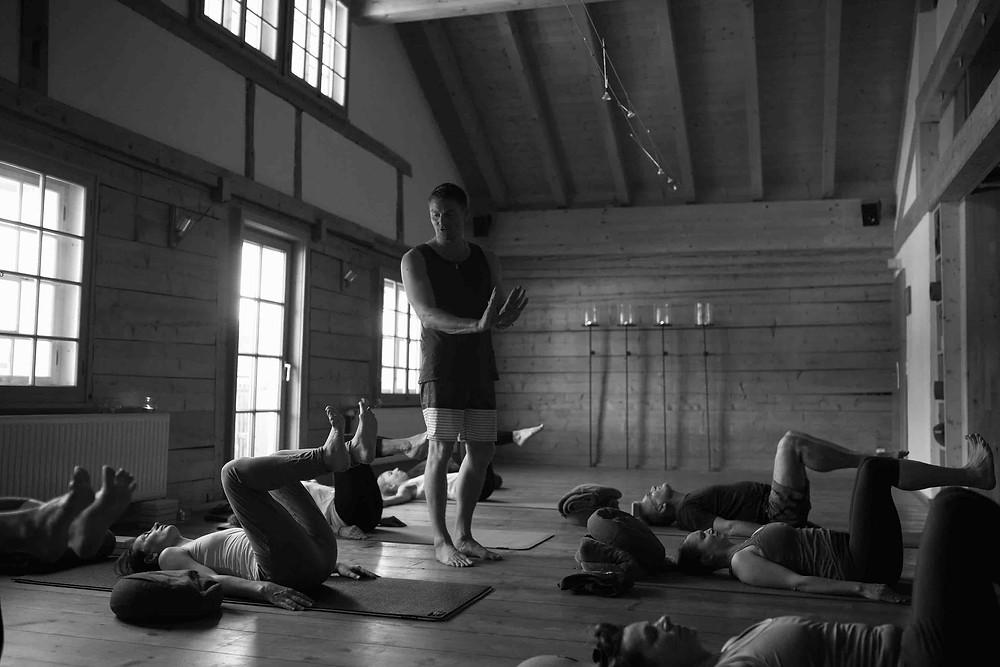 Yogaklasse Achtsamkeit Füße spüren