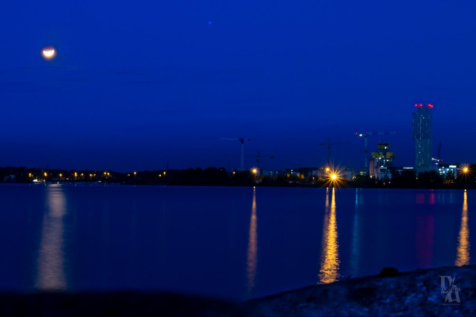 Newmoon Reflection city.jpg