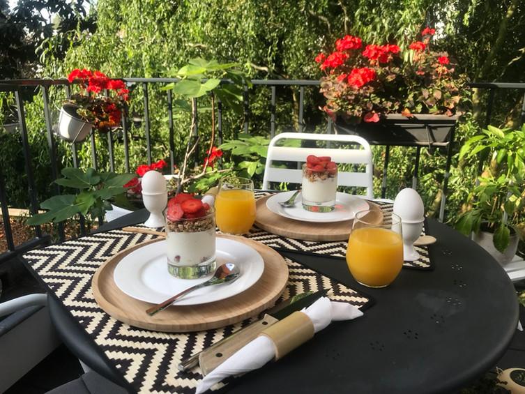 Op het terras ontbijten