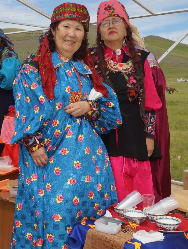 На фото:  дегустация айрана. Женщины в хакасских национальных одеждах.