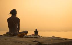 Indian Priest Meditation bei Sonnenunter
