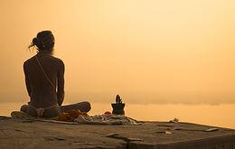 Priest meditazione indiano al tramonto