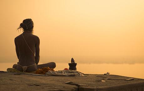 La meditación Sacerdote indio en la pues