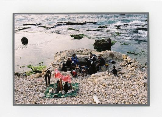 Urbain Gonzalez, Res communes, tableau et tract, Beyrouth, 2013 / Paris, 2018, tirage argentique couleur encadré et impressions laser