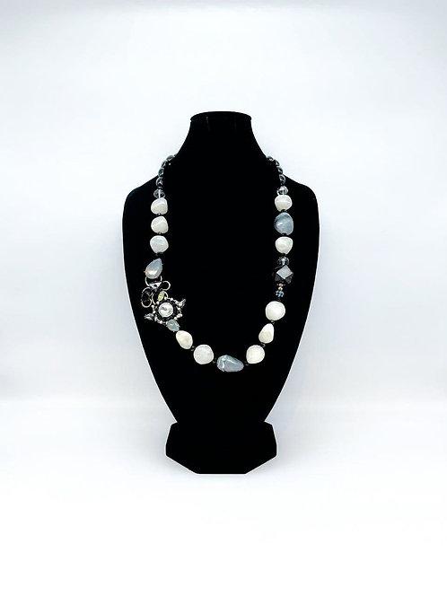 Collana lunga con perle bianco/grigio