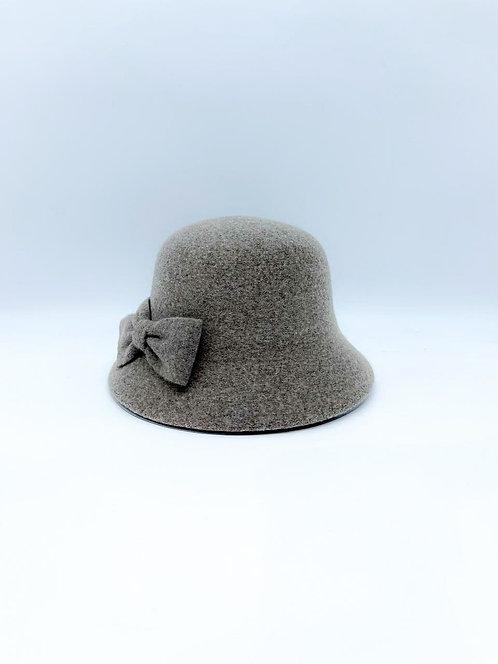 Cappello cloche con fiocco laterale beige