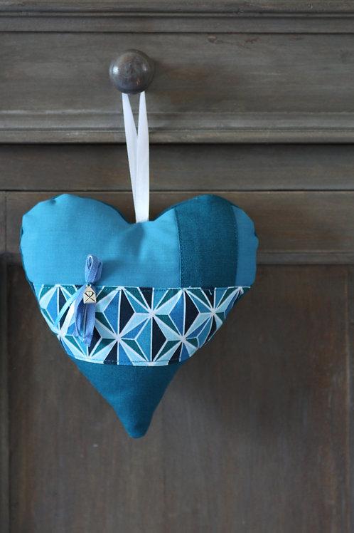 Coeur en tissu bleu canard et breloque