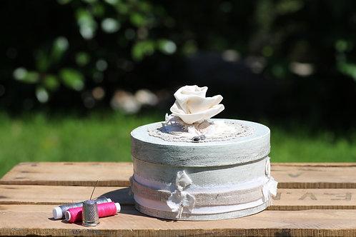 Boite ronde patinée et décorée Dentelle lin