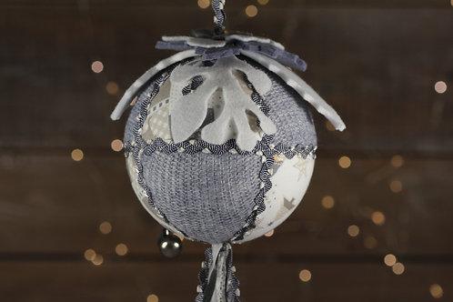 Boule de Noël gris dentelle blanche