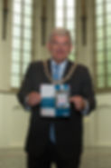 Burgemeester Jan van Zanen toont eerste exemplaar nieuwe meertalige brochure Kerken Kijken Utrecht