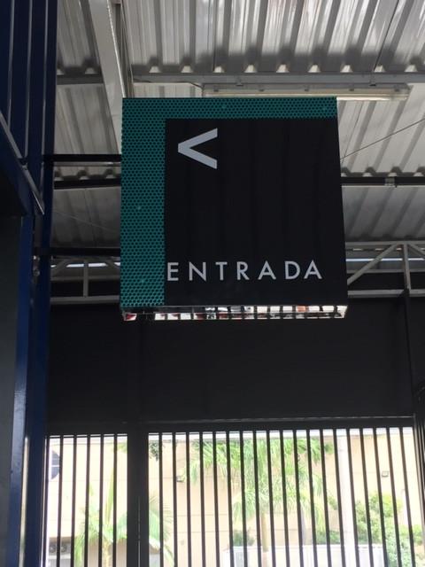 Placa para sinalizar a entrada