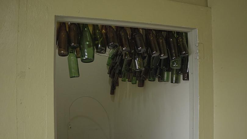 Instalación con botellas de vidrio